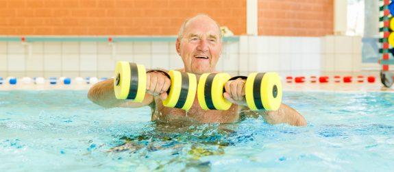 Oudere zwemmen bij Zwembad Wasbeek