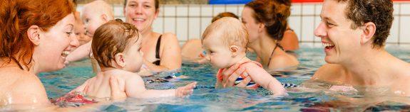 Ouder en kind zwemmen bij Zwembad Wasbeek